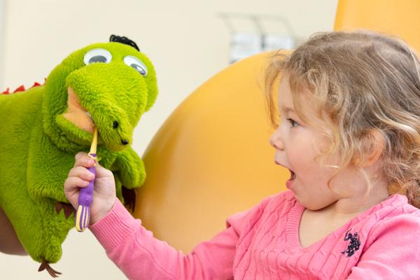 Kind lernt spielerisch das Zähneputzen